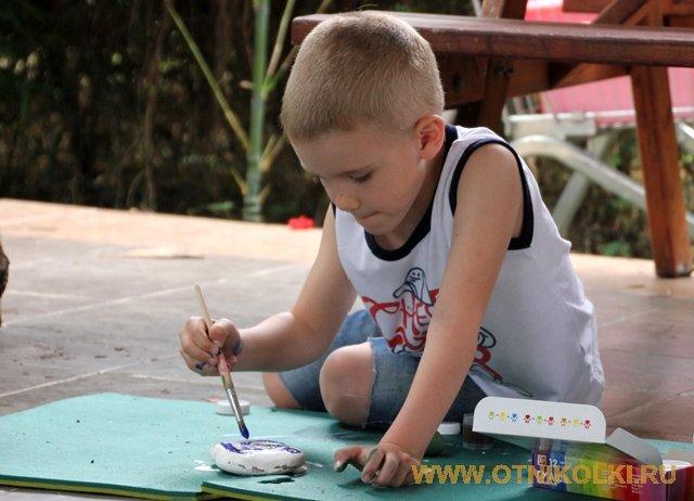 Рисует мальчик